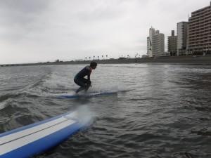 今日の波はスネ、ひざ!なんとかウネリがあり意外と乗れましたね!!