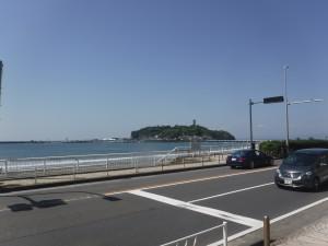 今日も天気が良くて波もありサーフィン日和!!江ノ島がキレイに見えますね。 ビーチにも人が増えてきて 賑やか!!