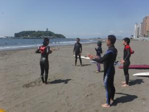 梅野プロのサーフィンスクール!!皆さん真剣に話を聞かれています。