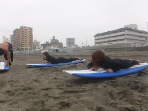 女性チームは海に入る前にもう既に汗かいてました。笑
