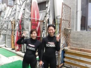 スクールはお二人!友達を連れて来られました。 今日の波はひざぐらい、初めてサーフィンの方はいいコンディションですね!