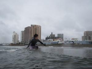 コチラの方もいいライディングされてますね!仕事前のサーフィンみたいですよ 出勤まえのサーフィンって憧れますよね。