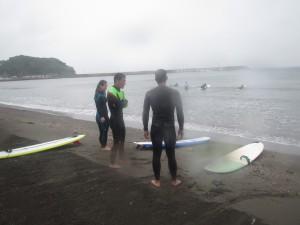 天気が悪いなかお疲れ様した。スクール終わりの浜でミーティング!!