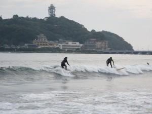 いい感じに楽しくサーフィンしてますね!江ノ島バックにいい写真が撮れました。