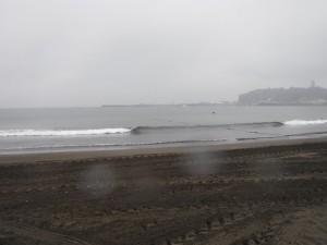 今日は天気が悪く江ノ島が少し靄がかかってますね 波はヒザ下!なんとかテイクオフの練習ができるコンディションでした!