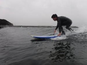 こんにちは、4月ラストのサーフィンスクール!!波はヒザ〜たまにヒザ上