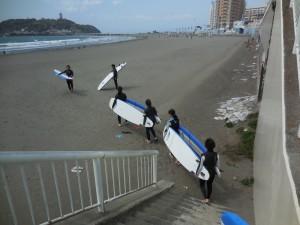 強風なのでボード運ぶのが大変でした。