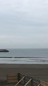 そんな天気が良かった中でのサーフィンスクールは波がヒザ〜モモの波でいい波でした!