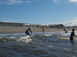 今日も楽しくサーフィン! 天気もいいし最高!