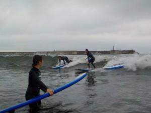 今日の波はモモぐらい! 体験の人は少し辛そうです。