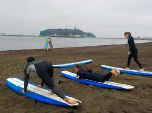 波に乗るイメージで、陸トレ!頭で考えるより、体で覚える方が上手く行くことが多いんですよ。
